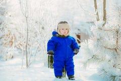 Ребенок в парке с снегом в зиме Стоковое фото RF