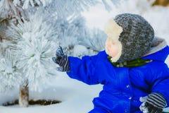 Ребенок в парке с снегом в зиме Стоковые Фотографии RF