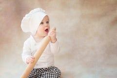Ребенок, ребенок в поваре костюма шеф-повара с вращающей осью крыто стоковая фотография rf