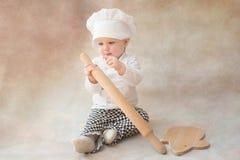Ребенок, ребенок в поваре костюма шеф-повара с вращающей осью крыто стоковое фото rf