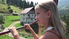 Ребенок в подвесном подъемнике, туристская счастливая девушка в горах железной дороги кабеля лыжи, высокогорном 4k видеоматериал