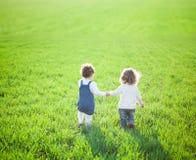 Ребенок в поле стоковое изображение