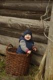 Ребенок в потехе корзины играя и смеясь над стоковая фотография rf