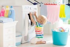 Ребенок в прачечной со стиральной машиной стоковое изображение rf