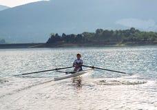 Ребенок в процессе rowing на одиночной Стоковые Фото
