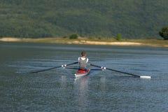 Ребенок в процессе rowing на одиночной Стоковое фото RF