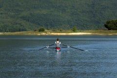 Ребенок в процессе rowing на одиночной Стоковая Фотография RF