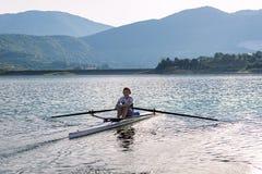 Ребенок в процессе rowing на одиночной Стоковое Изображение RF