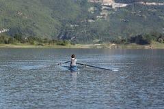 Ребенок в процессе rowing на одиночной стоковые изображения