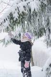 Ребенок в пуще зимы стоковая фотография