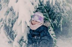 Ребенок в пуще зимы стоковая фотография rf