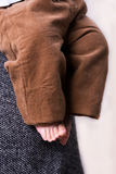 Ребенок в руках девушки Стоковое Фото