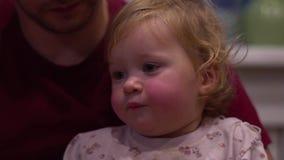 Ребенок в руках Папы акции видеоматериалы