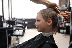 Ребенок в салоне парикмахера Стоковые Изображения RF