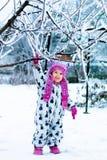 Ребенок в снежном дне Ребёнок в белом snowsuite и розовая шляпа, перчатки ботинок в зиме снега паркуют Счастливый Стоковое Изображение