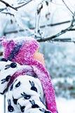 Ребенок в снежном дне Ребёнок в белом snowsuite и розовая шляпа, перчатки ботинок в зиме снега паркуют Счастливый Стоковое Изображение RF