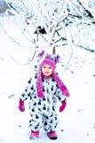 Ребенок в снежном дне Ребёнок в белом snowsuite и розовая шляпа, перчатки ботинок в зиме снега паркуют Счастливый Стоковое Фото