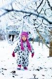 Ребенок в снежном дне Ребёнок в белом snowsuite и розовая шляпа, перчатки ботинок в зиме снега паркуют Стоковые Фото