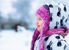 Ребенок в снежном дне Ребёнок в белом snowsuite и розовая шляпа, перчатки ботинок в зиме снега паркуют Стоковое Фото