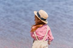 Ребенок в соломенной шляпе на seashore Стоковая Фотография RF