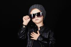Ребенок в солнечных очках модный красивый мальчик в шляпе Стоковые Изображения RF