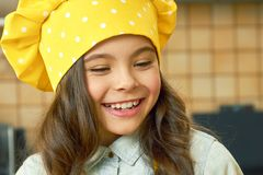 Ребенок в усмехаться шляпы шеф-повара Стоковые Фотографии RF