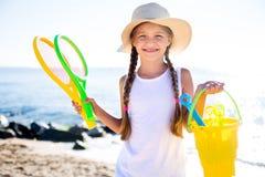 Ребенок в шляпе на пляже показывает большой палец руки вверх Стоковая Фотография RF
