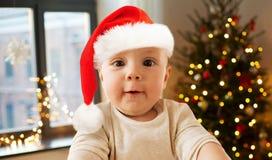 Ребенок в шляпе santa принимая selfie на рождестве стоковые изображения rf