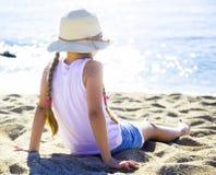 Ребенок в ha наслаждаясь на песчаном пляже морского побережья Стоковые Изображения RF