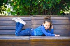 Ребенок говоря на мобильном телефоне и смеяться Детство стоковое фото rf