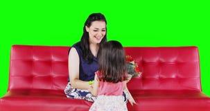 Ребенок давая букет к ее матери сток-видео