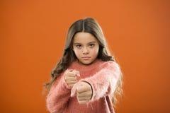 Ребенок девушки милый но сильный Самозащита для детей Защитите невиновность Как научите, что дети защищают женщина в темной майне стоковое изображение rf