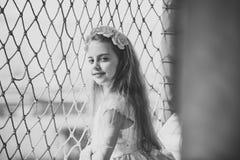 Ребенок девушки с розовыми цветками в волосяной спиральной пружинке Стоковые Фото