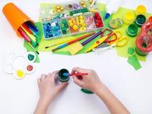 Ребенок делает игрушку ремесла из черепахи пены пластиковой Материал для творческих способностей и образования стоковая фотография rf