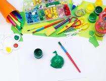 Ребенок делает игрушку ремесла из черепахи пены пластиковой Материал для творческих способностей и образования стоковое изображение rf