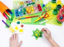 Ребенок делает игрушку ремесла из черепахи пены пластиковой Материал для творческих способностей и образования стоковые фотографии rf