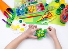 Ребенок делает игрушку ремесла из черепахи пены пластиковой Материал для творческих способностей и образования стоковые изображения rf