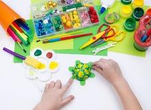 Ребенок делает игрушку ремесла из черепахи пены пластиковой Материал для творческих способностей и образования стоковая фотография