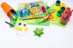 Ребенок делает игрушку ремесла из черепахи пены пластиковой Материал для творческих способностей и образования стоковое фото rf