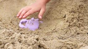Ребенок делает из песка видеоматериал