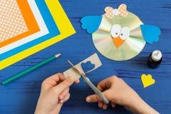 Ребенок делает птицу от КОМПАКТНОГО ДИСКА Раздел 13 Стоковые Фото