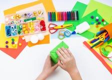 Ребенок делает хамелеона коробки мотыги Материал для творческих способностей на белой предпосылке стоковая фотография rf