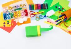 Ребенок делает хамелеона коробки мотыги Материал для творческих способностей на белой предпосылке стоковые фото