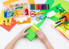 Ребенок делает хамелеона коробки мотыги Материал для творческих способностей на белой предпосылке стоковые изображения