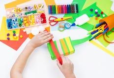 Ребенок делает хамелеона коробки мотыги Материал для творческих способностей на белой предпосылке стоковое фото