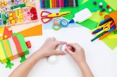 Ребенок делает хамелеона коробки мотыги Материал для творческих способностей на белой предпосылке стоковое фото rf