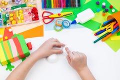 Ребенок делает хамелеона коробки мотыги Материал для творческих способностей на белой предпосылке стоковое изображение rf