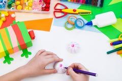 Ребенок делает хамелеона коробки мотыги Материал для творческих способностей на белой предпосылке стоковое изображение