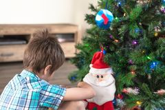 Ребенок делая желание на Санта Клаусе стоковые фотографии rf