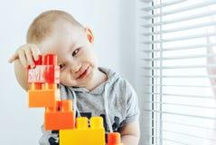 Ребенок делая кирпичи игрушки Башня игрушки ребёнок счастливый Стоковые Фото
